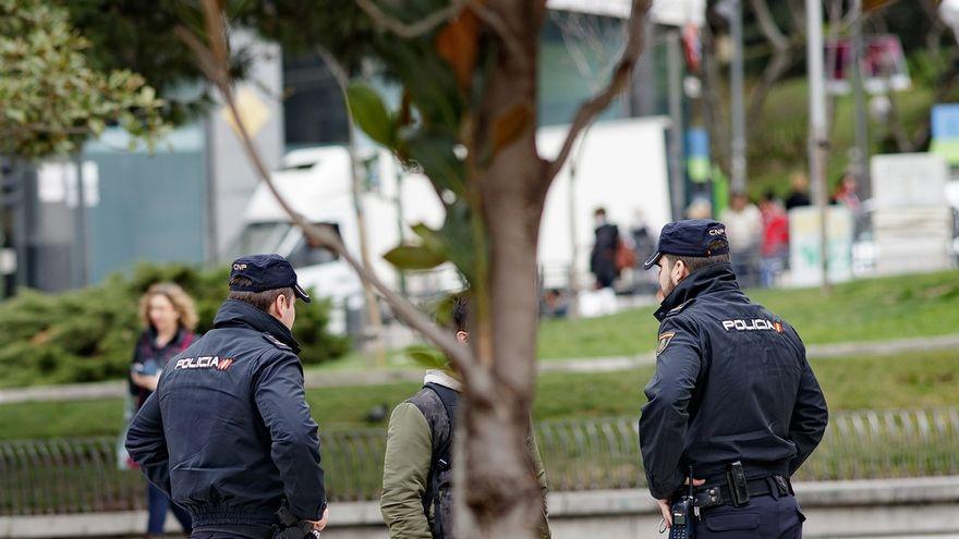 Imagen de dos policías en una identificación