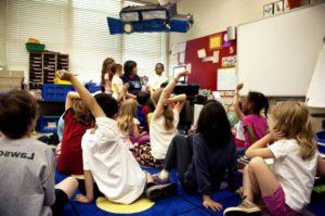 grupo de alumnos/as con manos alzadas