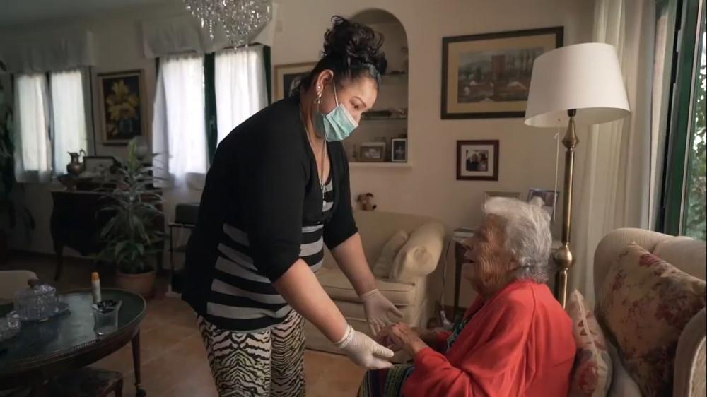 imagen de una mujer cuidando a una anciana