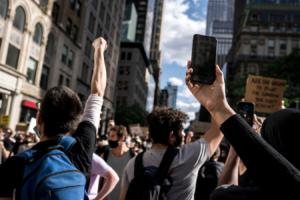 varias personas en una protesta