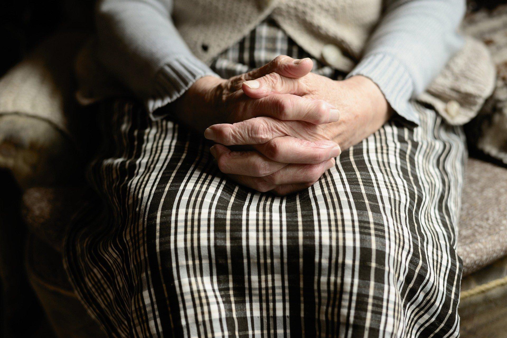 imagen de las manos entrelazadas de una persona