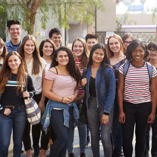 grupo de jóvenes sonrientes
