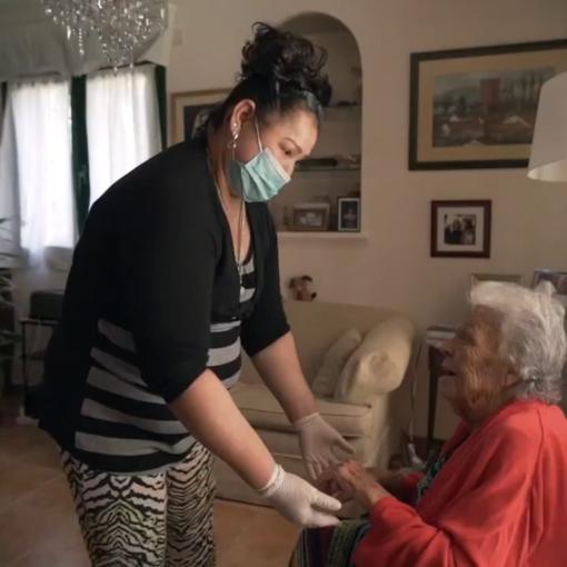 una persona mayor y su cuidadora
