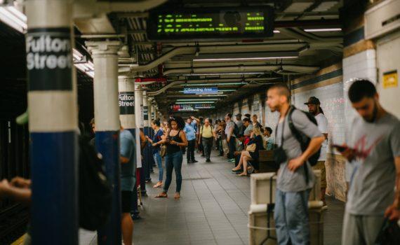 grupo de gente en una estación